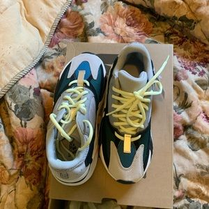 Yeezy Wave runners size 6